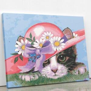 Kot w kapeluszu z kwiatami